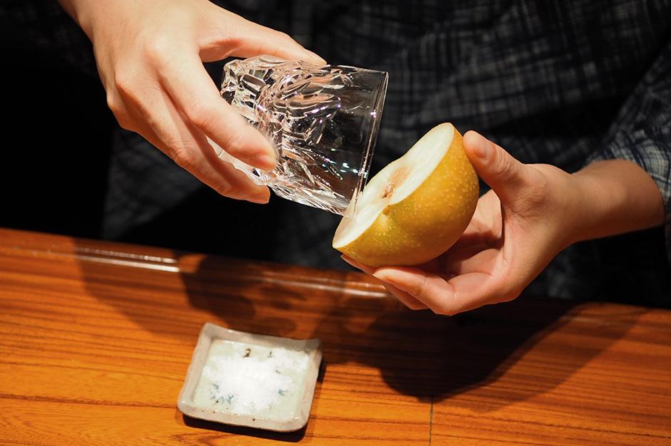 グラスの縁を梨の果汁で濡らします