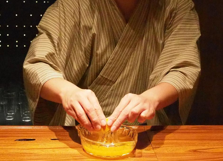 みかんの果汁を絞っていきます